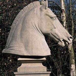 Vacker-och-statlig-staty-for-alla-hastalskare-fran-Vansta-Tradgard
