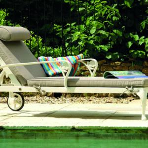 Stilren-liggstol-med-ljuvliga-detaljer-av-hogsta-mojliga-kvalitet-fran-Vansta-Tradgard