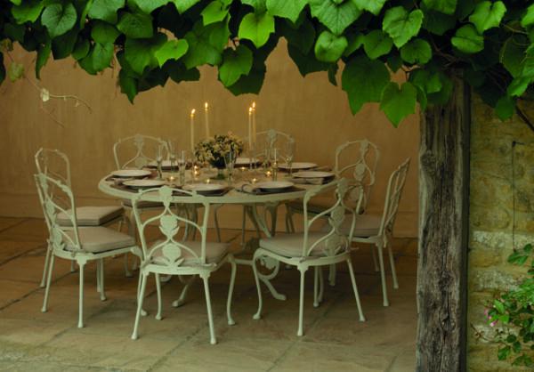 Ljuvligt-matbord-med-matchande-stolar-i-oslagbar-kvalitet-fran-Vansta-Tradgard