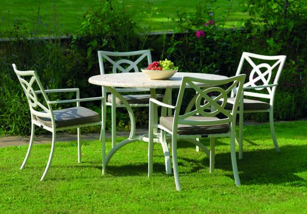 Runt-utomhusbord-i-en-vacker-stilren-design-fran-Vansta-Tradgard