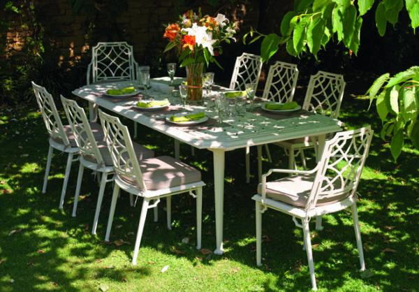 Lackra-stolar-i-oerhort-bra-kvalitet-som-passar-perfekt-pa-uteplatsen-fran-Vansta-Tradgard