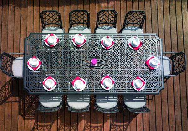 Vackert-matbord-med-ljuvliga-monster-i-pulverlackerat-aluminium-fran-Vansta-Tradgard