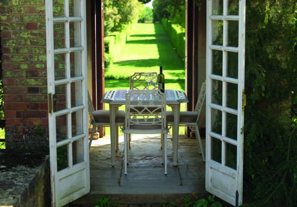 Ljuvligt-lunchbord-for-din-uteplats--av-pulverlackerat-aluminium--fran-Vansta-Tradgard