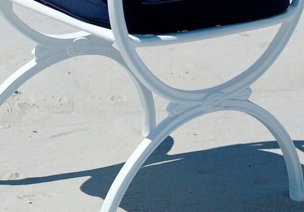 Vacker-stol-med-utsmyckningar-for-din-uteplats-fran-Vansta-Tradgard