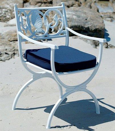 Ljuvlig-stol-med-vackra-detaljer-for-din-uteplats-fran-Vansta-Tradgard
