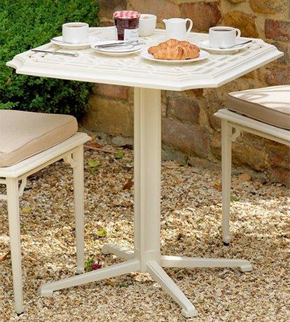 Tjusigt-cafebord-med-vackra-monster-gjort-av-pulverlackerat-aluminium--fran-Vansta-Tradgard
