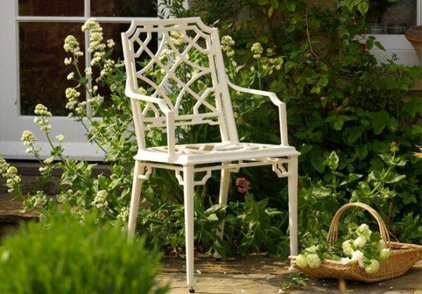 Vacker-karmstol-med-lacker-monsterdesign-i-pulverlackerad-aluminium-fran-Vansta-Tradgard