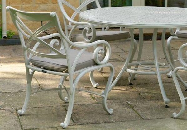 Runt-matbord-i-en-stilren-och-vacker-design-fran-Vansta-Tradgard