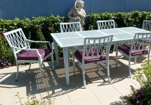 Elegant-matbord-i-aluminium-for-din-uteplats-fran-Vansta-Tradgard.