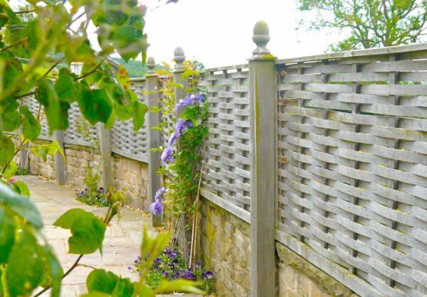Flatat-staket-gjort-av-starkt-ekvirke-som-ramar-in-din-tradgard-med-stil-fran-Vansta-Tradgard