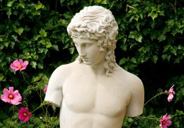Vacker-staty-forestallande-karleksguden-Eros-fran-Vansta-Tradgard