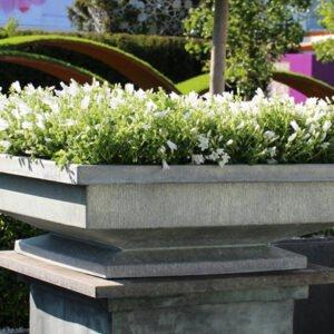 Elegant-planteringsbadd-i-vacker-zink-fran-Vansta-Tradgard