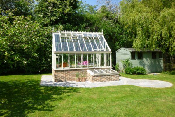 Engelskt växthus botanic greenhouse med kallbänkar